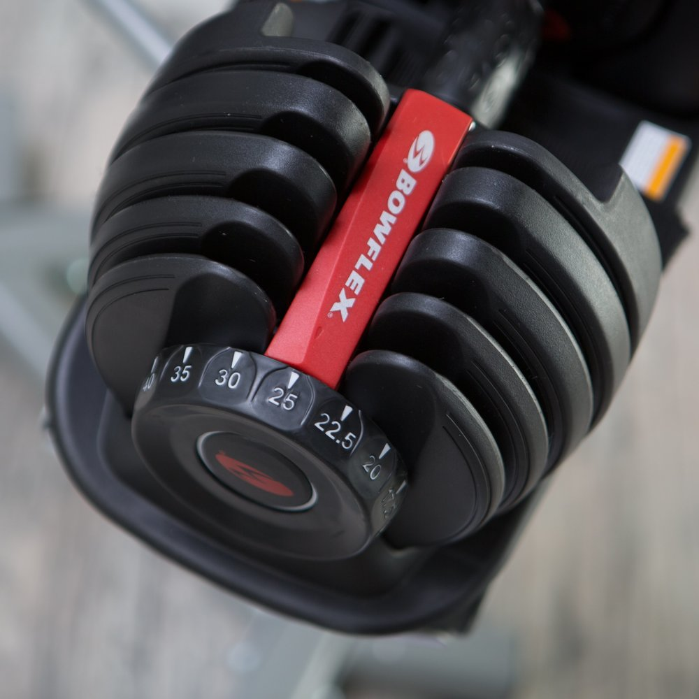Image of the dial adjustment knob and weight plates on the Bowflex SelectTech 552
