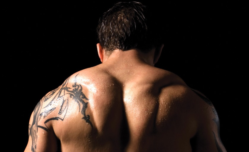 Image of Tom Hardy's trap muscles in the movie Warrior