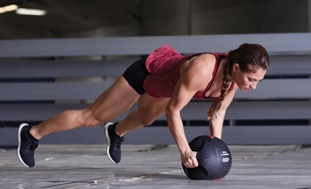 Hanging knee raises with medicine ball - Medicine Balls With Handles