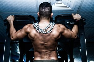 man building shoulders with pull ups